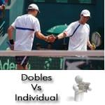 Cuales son las diferencias de estrategia al jugar un partido de tenis de individual y jugar un partido de tenis de dobles.