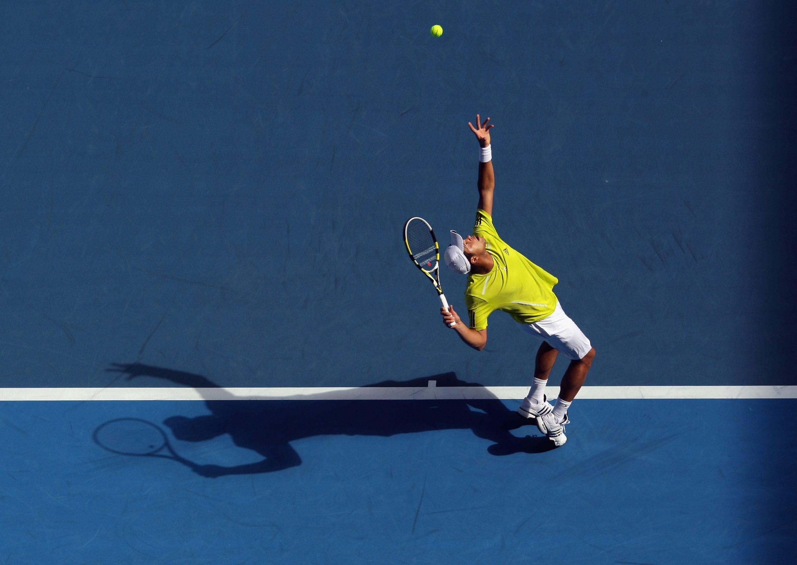 El saque de tenis liftado ( top spin ) y su importancia táctica