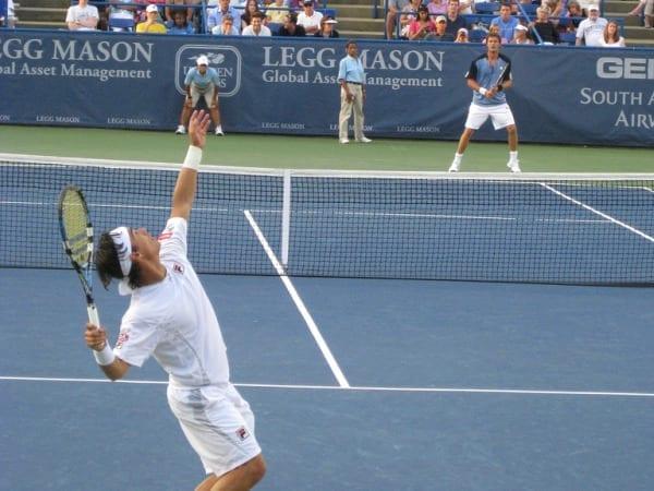 La dirección en el saque de tenis
